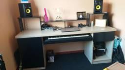 Mesa de Studio de som  obs: vendo tbm as caixas krk e teclado