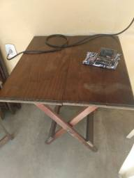 Mesa de madeira com 4 cadeiras