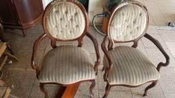 Colagem de cadeiras bambas de madeira