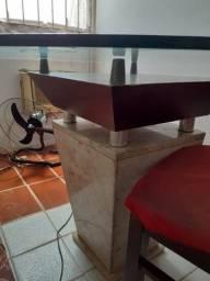 Mesa de mármore, madeira e tampo de vidro.