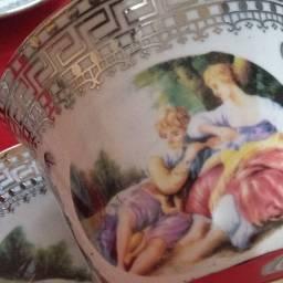Conjunto de xícaras com cenas antigas