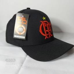 Boné preto com escudo vermelho do Flamengo