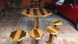 Mesa com bancos feitos de Palet