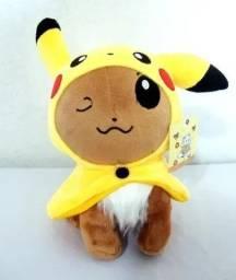 Pelúcia Evee Roupinha De Pikachu Piscadinha - Pokemon 22 Cm