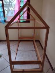 Cama casinha montessoriana madeira maciça usada com colchão.
