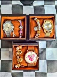 Relógio acompanha pulseira na caixa