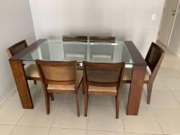 Mesa de vidro com pés de madeira