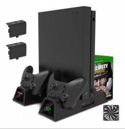 Suporte Base Vertical Para Xbox One S / X Cooler Dock + Bateria Extra
