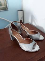 Dois sapatos com uma vez de uso.