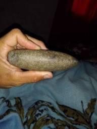 Pedra de raio formato de machadinha