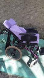 Vende se uma cadeira de rodas infantil