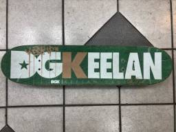 Skate completo: shape DGK keelan daddy, truck e rodas nacional