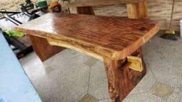 Mesa de madeira de eucalipto e garapa amarela