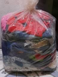 Vendo lotes de roupas pra bazar50 peças 6.00 cada uma.