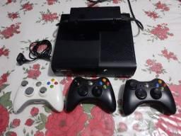 Xbox 360 super slim com 3 controles e 21 jogos
