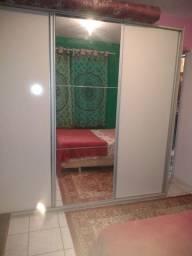 Roupeiro três portas com espelho.