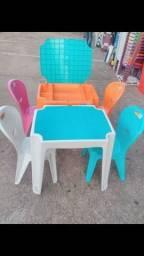 Mesas e cadeiras infantil em vários modelos e cores