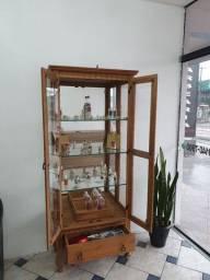 Cristaleira com mesinha de apoio
