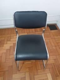 Cadeira prata com estofado em courino