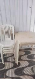 4 cadeiras e 2 mesas