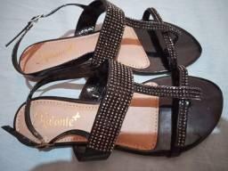 Linda sandália com pedras de brilho.