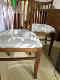 Par de cadeiras de madeira maciça