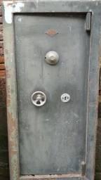 Porta de cofre antigo