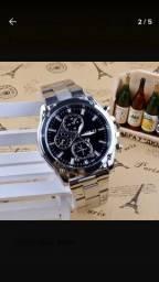 Relógio de luxo em aço.