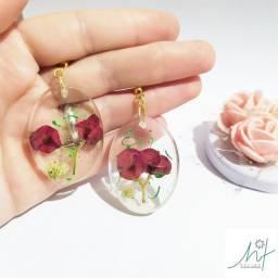 Brincos de resina com flores naturais