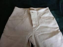 Calça feminina e camisa masculina