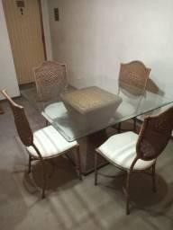 Mesa para sala de jantar em vidro mais 4 cadeiras trabalhada em couro e palha