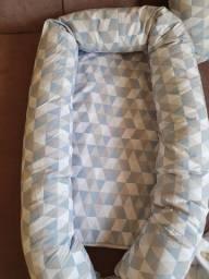 Ninho para bebê e almofada para amamentação.