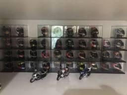 São 38 miniaturas de capacetes , e 15 miniaturas motos maizto tudo original