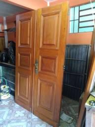 Porta dupla de madeira maciça