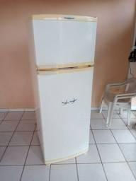 Vendo geladeira 220 v 430 litros  ótima geladeira