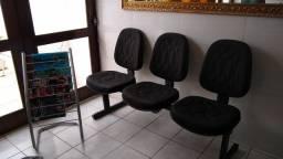 Conjunto de cadeiras com portas revista.