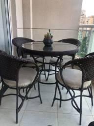 Mesa com 4 cadeiras de fibra sintética