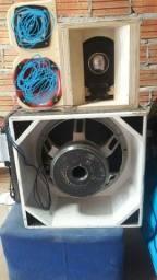 Alto falante de 15 2000RMS com a caixa o médio vai na caixa também e a corneteira também
