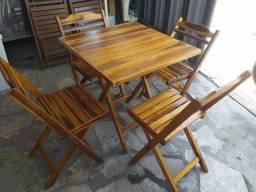 Vendo mesas e cadeiras toda em madeira.