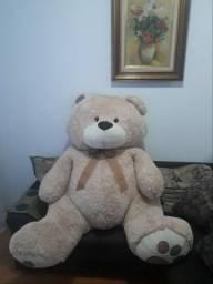 Urso pelucia gigante.