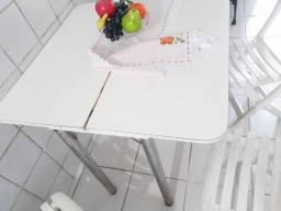 Mesa com 4 cadeiras em aglomerado branca
