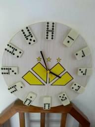 Relógios em MDF com pilhas.