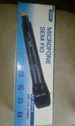 Vendo um microfone sem fio.