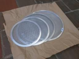 Telas perfuradas para assar pizza - em aluminio - novas - varios tamanhos e valores