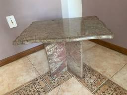Mesa lateral tampo e pés em mármore/granito