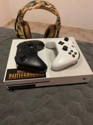 Xbox one S - 2 controles - R$1.050,00 com 1 controle. (CZS)