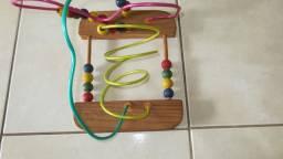Brinquedo pedagógico - estimula a coordenação motorora e raciocínio