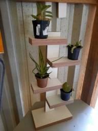 Balcão, prateleiras, floreiras, mesas, bancos, caixa de lenha na madeira e MDF.