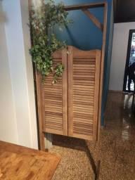 Porta com batente de madeira decoração cenografia