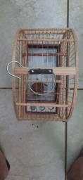 Gaiola de madeira e arame de ferro